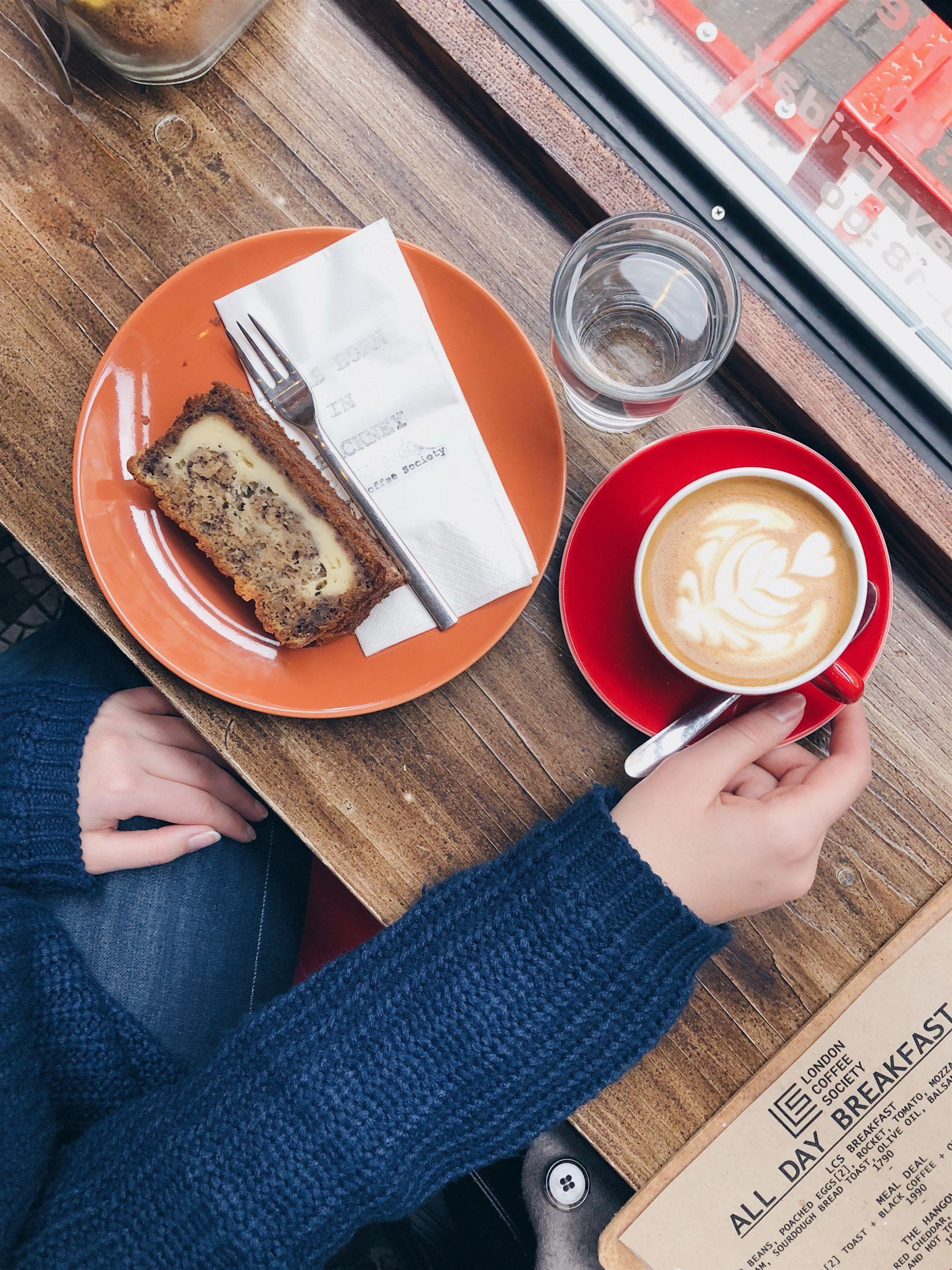 Káva a banana bread