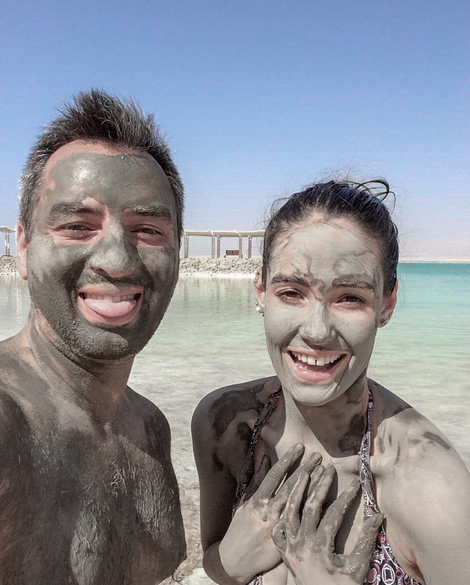 Dvě osoby potřené bahnem z Mrtvého moře